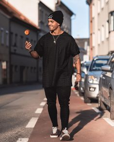 An Apple a day keeps the doctor away. 👨🏻⚕️ But what happens, if a doctor eats an apple a day? Black Outfit Men, Rapper Outfits, Summer Outfits Men, Black Men Summer Fashion, Beach Outfits, Look Man, Poses For Men, Mode Streetwear, Tomboy Fashion