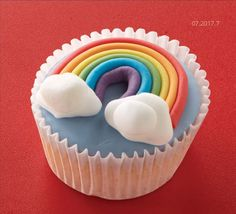 Colourful iced cupcakes decorated with rainbows and clouds. Rainbow Cupcakes, Fun Cupcakes, Cupcake Cakes, Halloween Cupcakes, Sunshine Cupcakes, Fudge Brownies, Cheesecake Brownies, Fruit Cheesecake, Rainbow Birthday Party