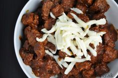 Ingrediencie (na 2 porcie): 400g hovädzieho mäsa 1 cibuľa 1 PL kokosového oleja 1 ČL mletej papriky 1 ČL morskej soli 1/2 ČL mletého čierneho korenia 1/3 ČL rasce 2 strúčiky cesnaku 3-4 PL paradajkového pretlaku 700ml vody strúhaný syr na posýpku (voliteľné) Postup: Na lyžici oleja si orestujeme nadrobno nakrájanú cibuľu dozlatista a následne […]