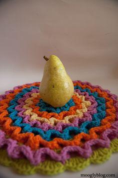 Wiggle It Crochet Trivet and Dishcloth Set: Free Pattern on mooglyblog.com - great photo tutorial included!