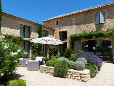 Mas Pamparigouste in Luberon - Maisons à louer à Bonnieux, Provence-Alpes-Côt. French Country House, French Farmhouse, Outside Living, Outdoor Living, Modern Pools, Mediterranean Homes, Tuscan Style, Stone Houses, Toscana