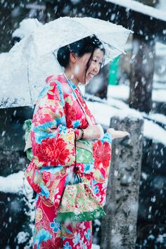 ITAP of a local girl in Kimono braving the snow at Kiyomizu-Dera in Kyoto Japan http://ift.tt/2jBjcWu