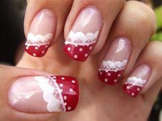 Nail art nude con lunetta bianca e rossa per Natale 2014.