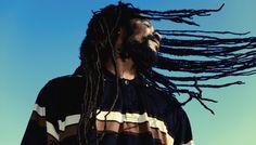 """Bob Marleys Jamaika-Wer den ganzen Tag für Bob Marley reservieren und den Spuren der Reggaegröße folgen möchte, kann Jamaika bei einer Bustour erkunden. Dabei die Insel einmal von Nord nach Süd durchquert. Neben einem Besuch von Nine Mile stehen hier auch zwei Museen in Kingston, die dem Sänger gewidmet sind. Zur Mittagszeit erwarten die Teilnehmer der Tour ein Abstecher zum Lokal """"Usain Bolts Tracks and Records"""" und der Genuss von regionalen Köstlichkeiten."""