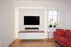 TV-Wand mit indirekter Beleuchtung
