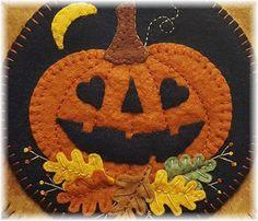 Felt Halloween Ornaments, Felt Ornaments, Halloween Crafts, Halloween Felt, Halloween Quilts, Penny Rug Patterns, Wool Applique Patterns, Print Patterns, Manualidades Halloween