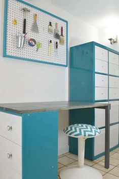 Decor Hacks : This IKEA desk hack is easy to do with a Rast dresser, Kallax storage unit and a few boards! See the detailed tutorial at The Handyman's Daughter! Ikea Kallax Hack, Kallax Desk, Ikea Office Hack, Ikea Desk, Diy Desk, Ikea Workspace, Diy Furniture Projects, Ikea Furniture, Furniture Vintage