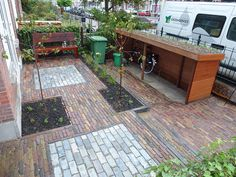 Voortuin in Den Haag met verdiepte fietsenberging met sedumdak. Ontwerp: www.tuindesigns.nl | Flickr - Photo Sharing!
