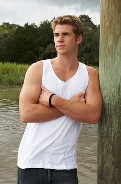 Liam Hemsworth photo from The Last Song Browse a photo gallery of pictures and characters from the movie The Last Song, starring Miley Cyrus and Liam Hemsworth. Liam Hemsworth, Hemsworth Brothers, Resident Evil, Alexander Ludwig, Nicholas Sparks, Katniss Everdeen, Liam Y Miley, Mode Shorts, The Last Song