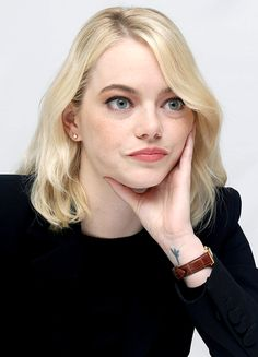 "emmastonesource: ""Emma Stone at 'Battle of the Sexes' press conference during the Toronto International Film Festival on September 2017 "" Emma Stone Haircut, Emma Stone Style, Actress Emma Stone, My Emma, Jodie Foster, Dark Photography, International Film Festival, Jennifer Lawrence, Hair Cuts"