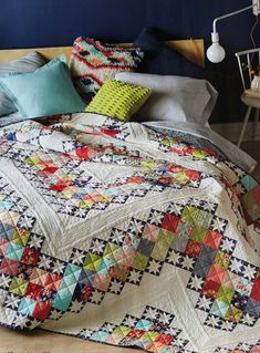 """This quilt pattern looks really gorgeous. This is a simple, modern and elegant """"Hip to be Square"""" quilt pattern that you can get for free. Amische Quilts, Star Quilts, Baby Quilts, Quilt Block Patterns, Quilt Blocks, Quilting Projects, Quilting Designs, Patchwork Designs, Quilt Modernen"""