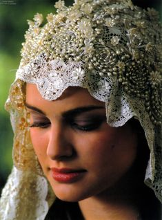 I just love her veil for her wedding dress. It's beautiful!!!! :)