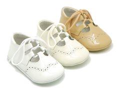 Tienda online de calzado infantil Okaaspain. Zapatito tipo inglés de piel charol con cordones y sin lengüeta para bebé. Diseño y Calidad al mejor precio hecho en España. Envíos gratis en 24,48 horas laborables.