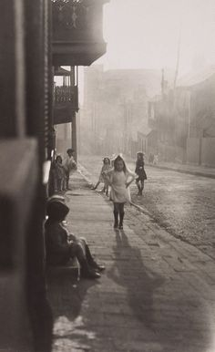 Harold Cazneaux (New Zealand, Australia), Title: Albion Street, Surry Hills. Date: 1911 History Of Photography, Children Photography, Street Photography, Art Photography, Vintage Photographs, Vintage Photos, Vintage Stuff, Old Pictures, Old Photos