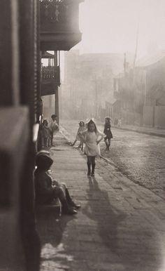 Harold Cazneaux. Albion Street, Surry Hills, 1911.