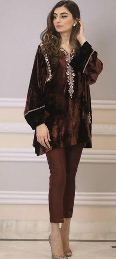 Fashion Dresses For Toddlers Product Velvet Pakistani Dress, Pakistani Formal Dresses, Pakistani Dress Design, Pakistani Outfits, Indian Dresses, Dress Formal, Stylish Dress Designs, Designs For Dresses, Stylish Dresses
