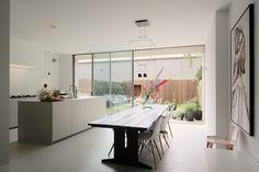 Keuken met buitenkeuken Modern Kitchen Design, Interior Inspiration, Kitchen Island, Dining Room, Interior Design, Table, Furniture, Home Decor, Kitchens