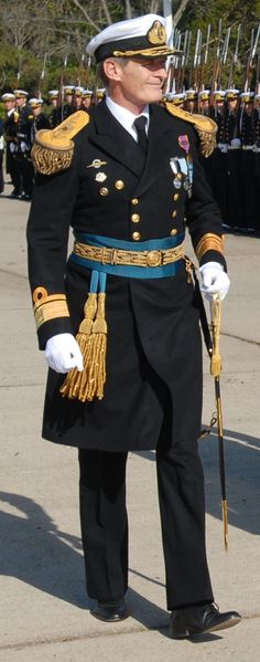 Uniforme de gala de Almirantes de la Armada Argentina / Argentine Navy admirals' parade dress uniform. Military Costumes, Military Dresses, Army Uniform, Uniform Dress, Royal Navy Uniform, 60 Fashion, Fashion Poses, Royal Military Academy Sandhurst, Navy Uniforms