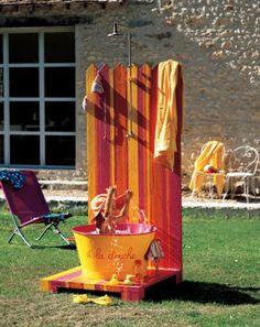 Une douche en plein air aux couleurs vives // shower, swimming pool, flashy colors, kids, summer