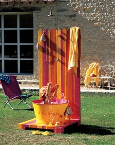 Une douche en plein air aux couleurs vives // shower, swimming pool, flashy colors, kids, summer
