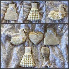 love these royal icing wedding cookies Cookies For Kids, Sweet Cookies, Cute Cookies, Cupcake Cookies, Sugar Cookies, Wedding Dress Cookies, Cookie Wedding Favors, Cookie Favors, Wedding Cupcakes