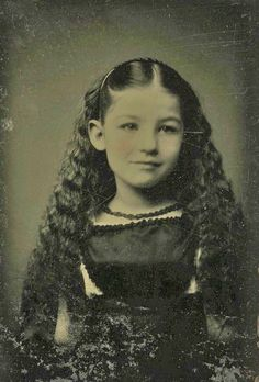 One day I stumbled upon an old photo, a so called tintype, of a beautiful young girl with gorgeous dark curly hair. Yes, she was beautiful. I wonder who she was and I hope she had a happy life. Vintage Abbildungen, Looks Vintage, Vintage Girls, Vintage Beauty, Vintage Postcards, Vintage Children Photos, Vintage Pictures, Old Pictures, Vintage Images