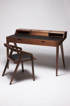 Graziler Schreibtisch aus edlen Hölzern
