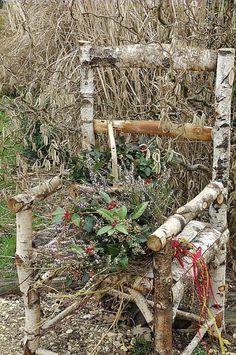 Fauteuil en bois, bouquet d'hiver avec des rameaux de bruyères, de cornouillers.