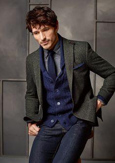 Carl Gross FW15 terno de algodão cru cor verde olivia firmou bem com a cardigã classic azul destacou a gravata azul ártico conversa bem com camisa cinza cru