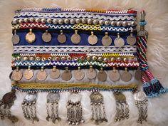 La v.2 Afghani bijoux embrayage... Un embrayage unique parsemé de vintage afghani jewerly et décoration métallique... pour l'urbanBoho...:)) 11 x 7 po.