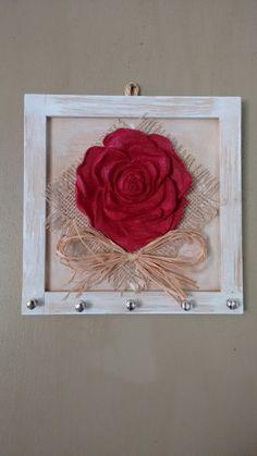 Porta chave em mdf , 5 ganchos e com flor em madeira, pintura provençal.