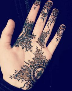Minimalist mehendi designs for the bride who doesn't want to be covered till her elbows and knees. Indian Henna Designs, Hena Designs, Mehndi Designs For Girls, Henna Designs Easy, Mehndi Desine, Mehndi Tattoo, Henna Tattoo Designs, Henna Tattoos, Finger Henna