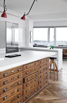Un meuble de métier comme îlot central, original et esthétique l'inspi récup prend place dans la cuisine !
