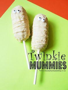 These Twinkie Mummies are an fun and easy to make Halloween treat! Purple Pumpkin, A Pumpkin, Pumpkin Spice, Dessert Recipes For Kids, Cute Desserts, Spooky Treats, Halloween Treats, Halloween Kids, Halloween 2020