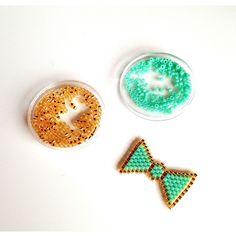 [ Tuto DIY ] Voici un pas à pas à la pointe de la mode : un noeud en brick stitch ! Customisez ce que vous souhaitez avec ce noeud tout mimi en tissage de Miyuki >>> https://www.perlesandco.com/Broche_Noeud_tissage_Brick_Stitch-s-2468-23.html Retrouvez toutes les superbes créations de #monjolitricot ici >>> https://www.instagram.com/monjolitricot/