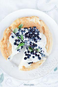 Sponge omelette with blueberries