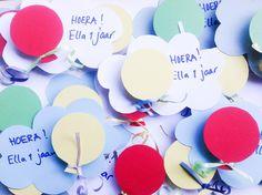 Gezonde traktatie voor baby of peuter. Wolkje van stevig papier. Doosje rozijntjes, met daarop een ballonnetje van papier.