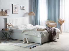 Dit bed, qua vormgeving geïnspireerd door Scandinavië, past perfect in vele interieurs dankzij het eenvoudige ontwerp. De stevige en stabiele constructie, evenals het grote hoofdeinde en de lattenbodem, maken het ideaal voor mensen die kwaliteit en comfort zoeken. Het bed is voorzien van voldoende, gemakkelijk te ordenen opbergruimte om uw slaapkamer overzichtelijk te houden.