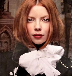 Tendência fashion no inverno é usar o cabelo dentro da blusa ou do cachecol.