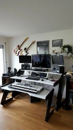 Design ideas for home music rooms and studios 35 Home Studio Setup, Music Studio Room, Studio Table, Home Office Setup, Studio Ideas, Sound Studio, Music Desk, Office Music, Recording Studio Setup