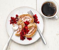 Pepparkaksrulltårtan passar perfekt till adventsfikat eller på julaftons dessertbord. Fyll rulltårtan med en kräm på färskost och lingonsylt och servera med tinade lingon.