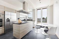 J'aime cuisiner dans ma cuisine, quand je dois le temps. ma cuisine est très moderne, and claire. il ya aussi une table et des chaises à côté de la placard.