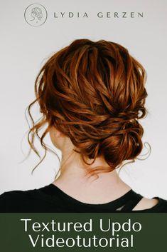 Diese Videotutorial ist eine Anleitung wie du eine Haarstruktur erschaffst, die nicht nur lange Zeit überdauert, sondern auch für fast jede Art von Haarstyling genutzt werden kann. Angefangen von offenen Haaren über ein Half Up Half Down zu einer geschlossenen Hochsteckfrisur. Dabei umspielen sanfte Strähnen das Gesicht. Einfach perfekt für jede Braut. Oder Trauzeugin. #brautfrisur #hochsteckfrisur #brautstyling Medium Hair Styles, Curly Hair Styles, Boho Updo, Bridal Hair Inspiration, Beautiful Haircuts, Romantic Updo, Wedding Braids, Step By Step Hairstyles, Bridesmaid Hair