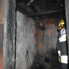 Quatro irmãos, o mais velho com 21 anos, ficaram desalojados, na noite de sexta-feira, na sequência de um incêndio que destruiu por completo a habitação onde residiam, na Travessa da Banha, em Beja, localizada a pouco mais de cem metros do Castelo. #beja #bombeiros #castelo