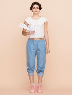 Casual outfit for the summer: loose pants and a frilly top
