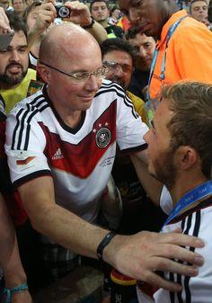 Pin for Later: So hat sich Mario Götze in unsere Herzen geschossen Er ist ein Familienmensch Mario gemeinsam mit seinem Vater, Jürgen Götze, nach seinem Siegestor im Spiel gegen Argentinien bei der WM in Brasilien.