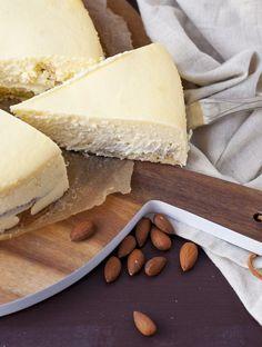 Käsekuchen mit Marzipan und fluffigem Boden