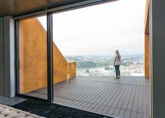 Combinación de madera, hormigón y corcho para lograr fachada - Noticias de Arquitectura - Buscador de Arquitectura