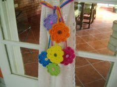 guias de flores tejidas al crochet de diferentes colores.cada guia tiene dos flores. el precio corresponde a cada guia.