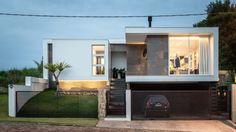 Construído na 2014 na Carneiros, Brasil. Imagens do Cristiano Bauce. O projeto fica localizado em um loteamento novo na cidade de Lajeado, local bastante calmo e com uma linda vista das paisagens e dos morros em seu...